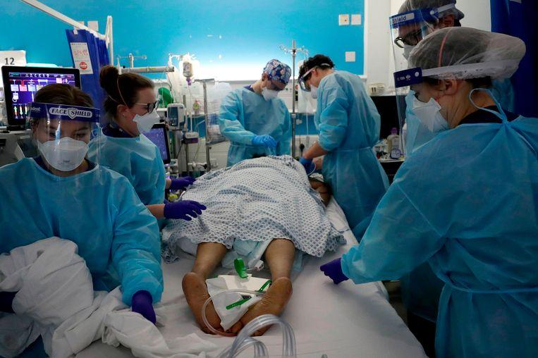 Spoedopname van een covid-19-patiënt in Londen.  Beeld AFP