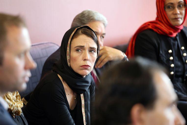 De Nieuw-Zeelandse premier Jacinda Ardern bezoekt moslims kort na de aanslag op twee moskeeën in Christchurch in maart 2019. Beeld AFP