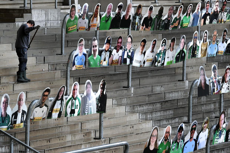 Bij Borussia Mönchengladbach vullen fans van bordkarton het stadion, om toch wat sfeer te creëren. Beeld EPA