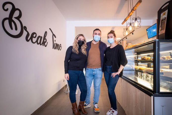 Emma en Elvan Kareman met Noel Ide in  Break Time in de Leopoldstraat