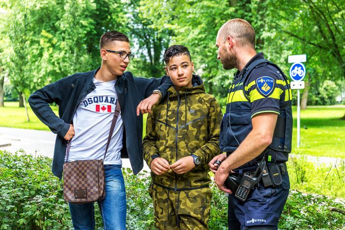Een wijkagent praat met jongeren in de Utrechtse wijk Overvecht.
