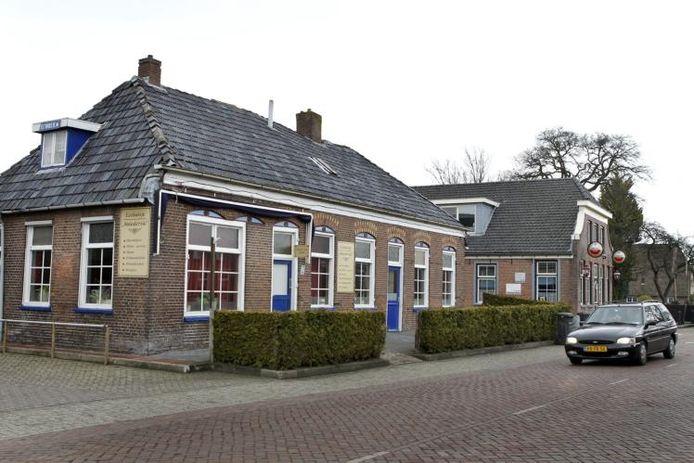 Projectontwikkelaar De Ruiter uit IJsselmuiden is van plan op de locatie van eethuis Sniedertie aan de Streek zes nieuwe woningen te bouwen.foto Sacha Wunderink