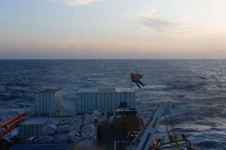De negen maanden zwangere vrouw wordt met een Maltese legerhelikopter geëvacueerd van het schip.
