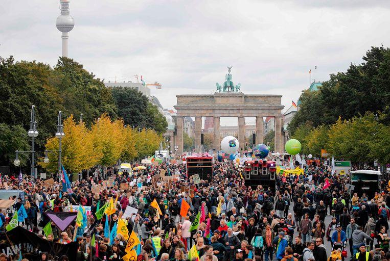 In Berlijn startte rond het middaguur een massademonstratie aan de Brandenburgse Poort.