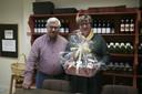 Tony samen met zakenpartner Marleen Vandamme en de delicatessenmand die je er kan bestellen.