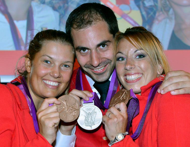 De Belgische medaillewinnaars op de Olympische Spelen in Londen, in 2012: Evi Van Acker (brons), Lionel Cox (zilver) en Charline Van Snick (brons) Beeld BELGA