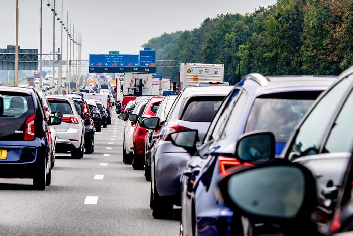 File op de A12. Vanwege het begin van de herfstvakantie verwacht de verkeersdienst van de ANWB een lange en drukke vrijdagspits.