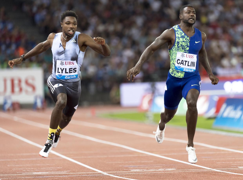 Noah Lyles in strijd met Justin Gatlin op de 100 meter sprint  in augustus. Beeld EPA
