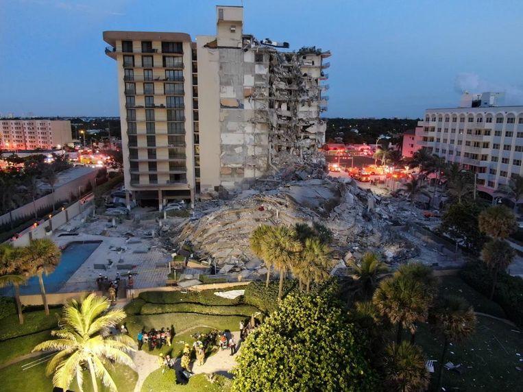 Het gedeeltelijk ingestorte appartementencomplex in Miami Beach, in de Amerikaanse staat Florida.  Beeld Reuters