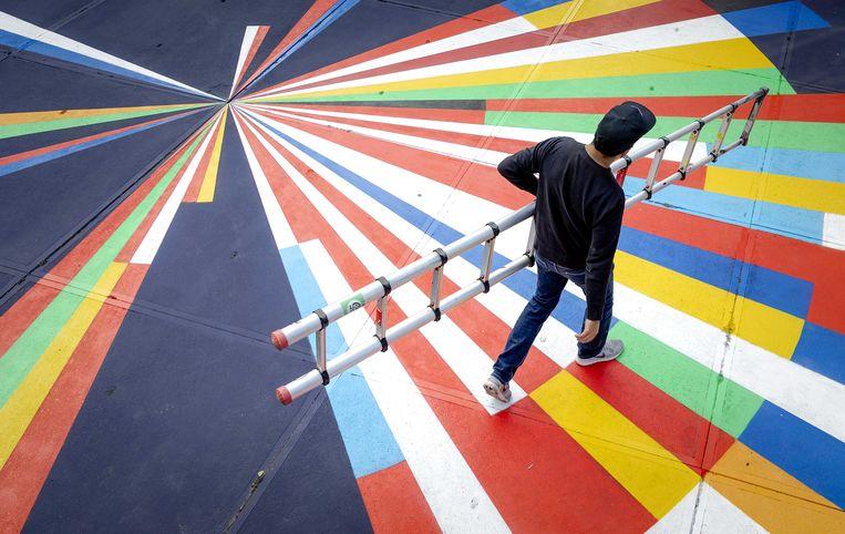 Kunstenaars uit zes deelnemende landen werken aan een grote street-art-installatie naast Ahoy in het kader van UP Street Rotterdam. Met het thema The Embrace wil de stad Rotterdam gastvrijheid uitstralen tijdens het Songfestival. Beeld ANP