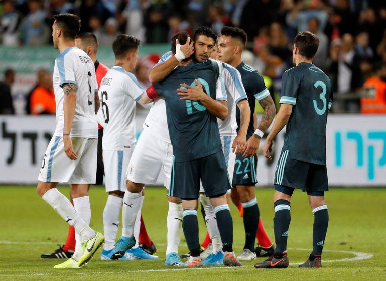 Uruguay-spits Luis Suárez (midden) sprak vrijdag al zijn twijfels uit over de gezondheidssituatie in Argentinië. Beeld REUTERS