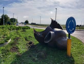 """Bestuurder (29) onder invloed rijdt bronzen eendenbeeld op rotonde aan flarden: """"Schade gaan we sowieso verhalen"""""""