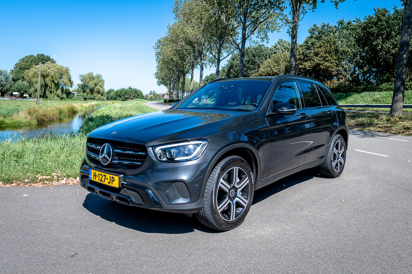 Het rijcomfort en infotainment van de Mercedes-Benz GLC zijn top, maar de plug-inhybride levert wel bagageruimte in.