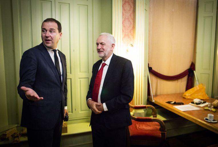 Lodewijk Asscher en Jeremy Corbyn voor aanvang van een bijeenkomst georganiseerd door de PVDA in het Haagsch Historisch Museum in Den Haag. Beeld Freek van den Bergh