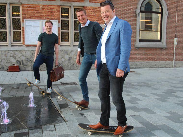 Raadsleden Reinout Grepdon, Stijn Wille en Peter Venneman (allen Open Lede) kwamen per skateboard naar de gemeenteraad.