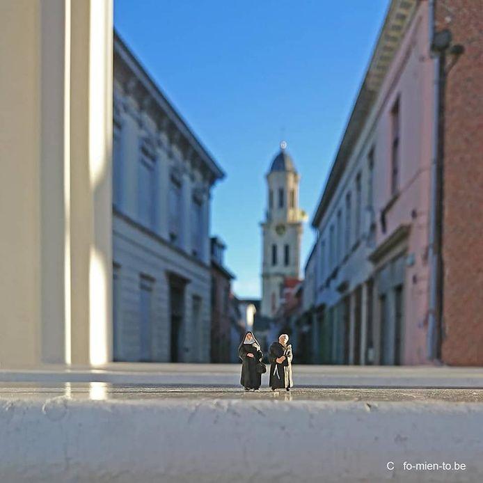 Zuster en broeder in de schaduw van de Sint-Laurentiuskerktoren.