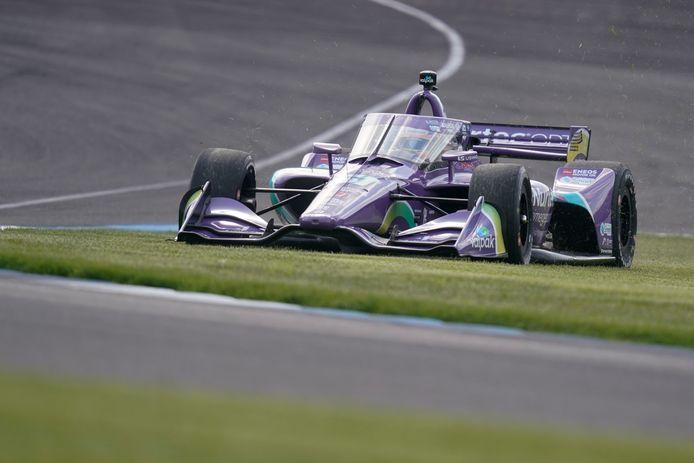 Romain Grosjean stuurt zijn bolide tijdens de kwalificaties over de Indianapolis Motor Speedway.