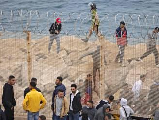6.000 migranten bereiken Spanje te voet of zwemmend vanuit Marokko, politie moet traangas inzetten tegen stenengooiers