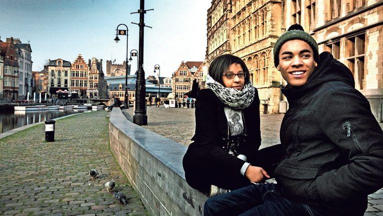 Jongeren op de Graslei in Gent. In de stad wonen ruim 160 nationaliteiten. Beeld Tim Dirven