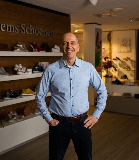 Winkeleigenaar Herman zingt lockdownlied voor getroffenen: 'Hart onder de riem voor hen'