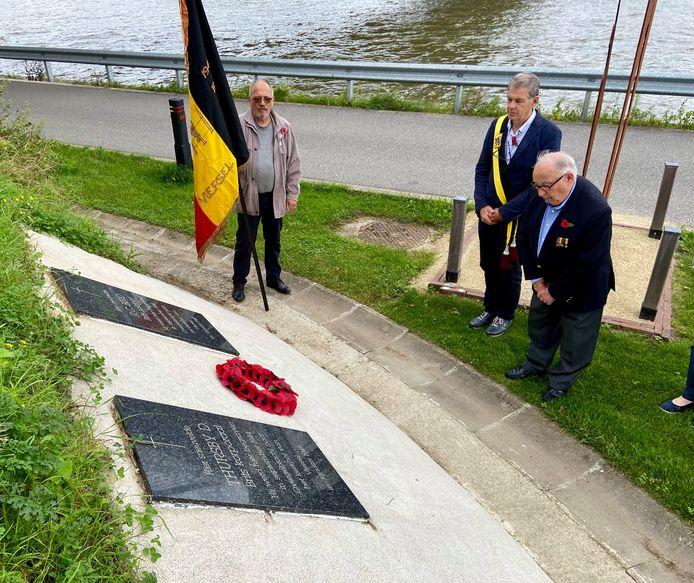 Cultuurschepen Rudy Willems en oud-strijder Willy Bontinck legden woensdagmiddag een krans neer aan het graf van de twee Britse soldaten die aan het Albertkanaal in Viersel sneuvelden tijdens de Tweede Wereldoorlog