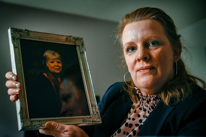 Marjolein van Weezep met de foto van haar moeder, die afgelopen jaar overleed aan kanker.