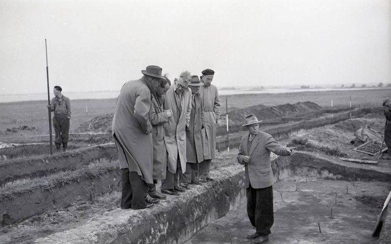 Assien Bohmers tijdens een opgraving. Beeld Archief / Leeuwarder Courant