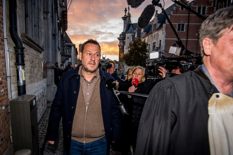 Bart De Pauw verlaat de rechtbank in Mechelen. Beeld BELGA
