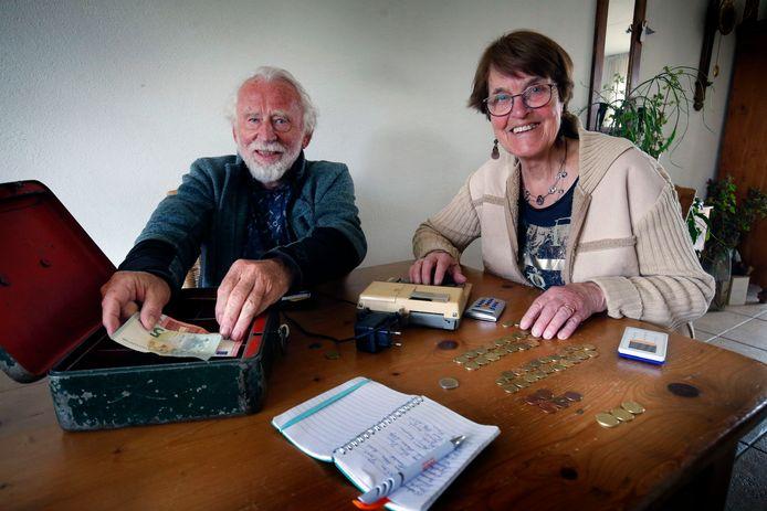 Arie en Nelly van Hoven uit Gorinchem vertellen hoe er vroeger thuis met geld werd omgegaan.