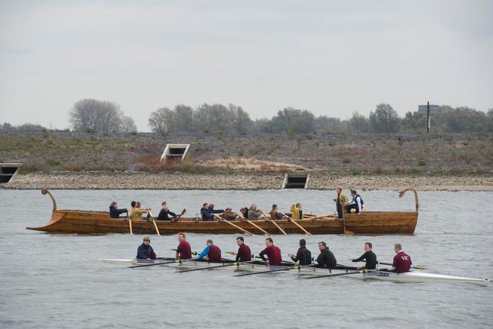 Een roeiboot en een nagebouwd Romeins galeischip in de Spiegelwaal tijdens de eerste editie van de Traianus Regatta.