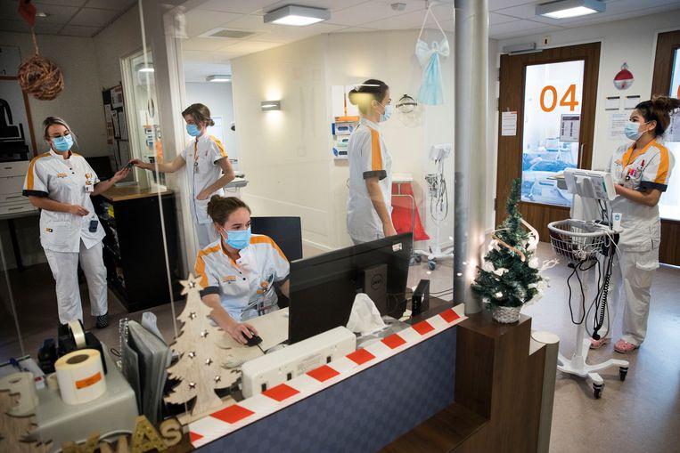 Eerste kerstdag op de bijna volle covid-afdeling van het Maasstad Ziekenhuis in Rotterdam.  Beeld Arie Kievit