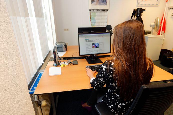 Zij-instromer Eline onderzoekt financiële sporen bij de Eindhovense recherche.