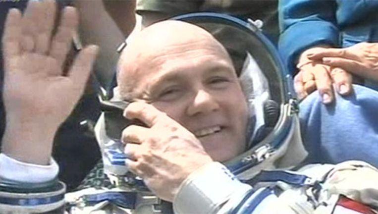 André Kuipers, kort nadat hij uit de capsule is gehesen. Beeld