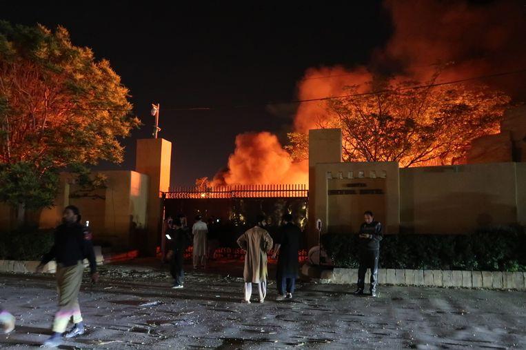 Rook stijgt op na de aanslag op het Serena Hotel in de Pakistaanse stad Quetta.  Beeld EPA