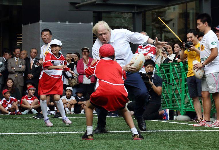 Boris Johnson heeft meer op met een ovale dan met een ronde bal. Beeld AFP