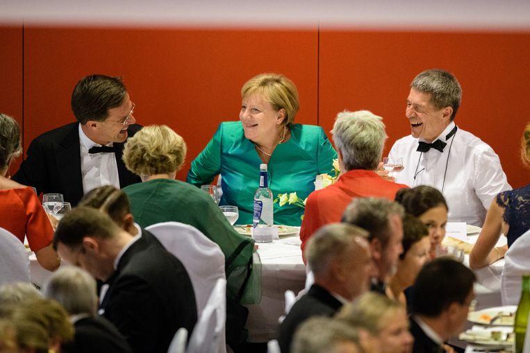 'Rutte heeft altijd iets gehad met mensen die ouder zijn dan hij. Daarom kan hij zo goed overweg met Angela Merkel. Hij kijkt ook van haar af: je zag dat Nederland in de coronacrisis vaak hetzelfde deed als Duitsland, maar met twee weken vertraging.' Beeld BELGAIMAGE