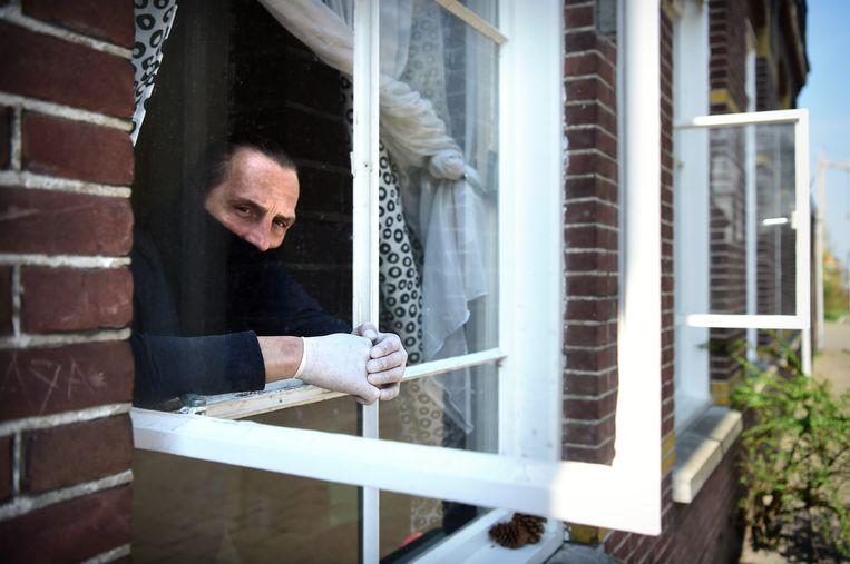 De Poolse arbeidsmigrant Mariusz Grzymala zit in zijn kamer in een voormalig nonnenklooster in Kaatsheuvel. Beeld null