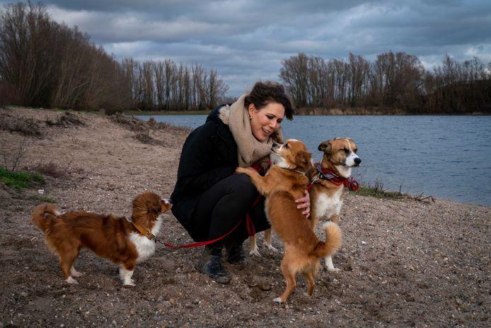 Dafne Buijs laat haar eigen honden uit.