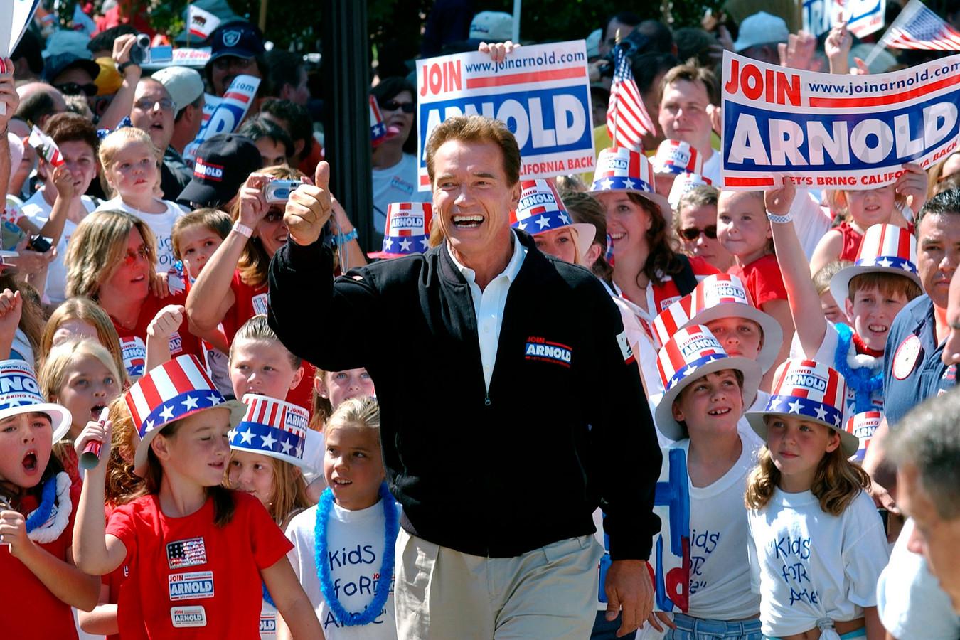 Arnold Schwarzenegger voert campagne in 2003.