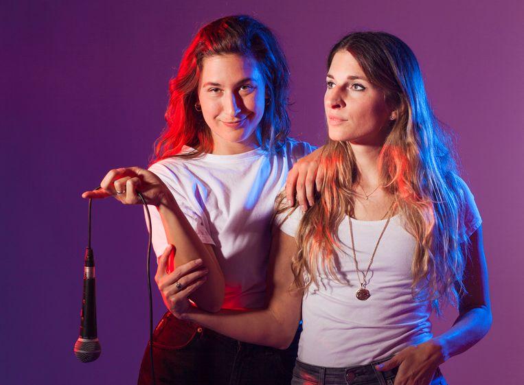 Lotje van den Dungen en haar zus Doortje vormen sinds kort dj-duo de Sugarsisters  Beeld Martijn Gijsbertsen