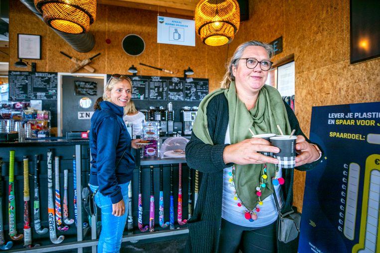 Buiten opdrinken: bij hockeyclub Fletiomare in Utrecht kun je in de kantine alleen afhalen. 'Met dit weer is dat nog prima te doen. Maar als het gaat regenen, wordt het wel lastig.' Beeld Raymond Rutting / de Volkskrant