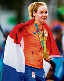 Anna van der Breggen met haar gouden medaille in Rio.