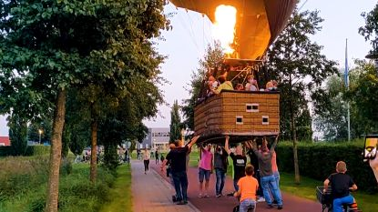 Buurtbewoners duwen luchtballon naar veilige plek