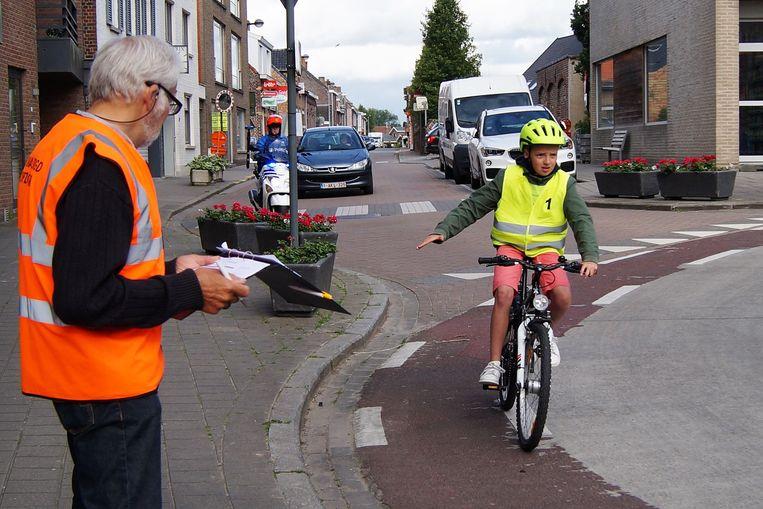 Ook 56 leerlingen van het zesde leerjaar van De Zonnebloem en de Gemeenteschool in Hooglede legden het praktisch fietsexamen af.