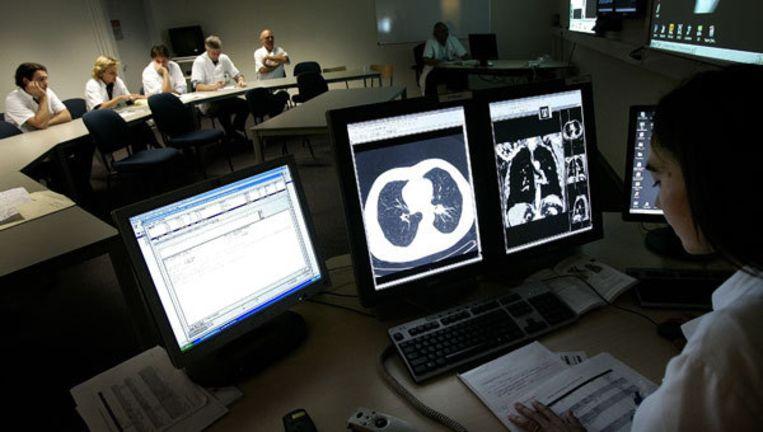 In het Antoni van Leeuwenhoek Ziekenhuis is men gespecialiseerd in de behandeling van kanker. Artsen overleggen regelmatig met elkaar welke behandelmethode het beste is voor de patient. Foto ANP/Lex van Lieshout Beeld