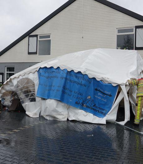 Omgewaaide boom blokkeert N332 en wind vernielt tent kringloopwinkel Hardenberg