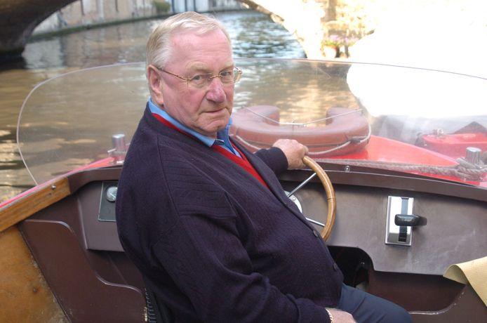 Maurice Michielsens ten voeten uit, aan het stuur van een bootje op de Brugse reien.