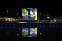 Alternatief carnaval in 2021. De kleuren en het logo van de Keiebijters werden geprojecteerd op Hotel West Ende