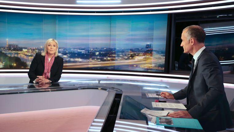 Marine Le Pen in de TV-studio van TF1. Beeld AFP
