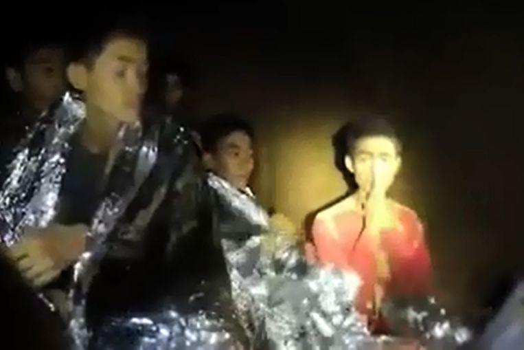 Een van de eerste beelden van de jongens in de grot.